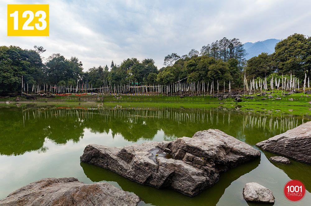 Kathog-Lake-beautiful-rocks